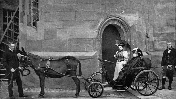 Derrière la reine Victoria, quittant le château de Windsor pour une promenade avec son âne, figure son dévoué serviteur écossais John Brown (1826-1883), avec lequel elle se lie d'amitié après la mort du prince consort Albert.