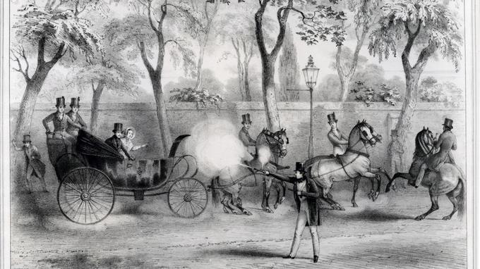 Le 10 juin 1840, Edward Oxford ouvre le feu sur la reine Victoria, au moment où elle passe, avec le prince consort Albert, le long de Constitution Hill à Londres, dans son carrosse.