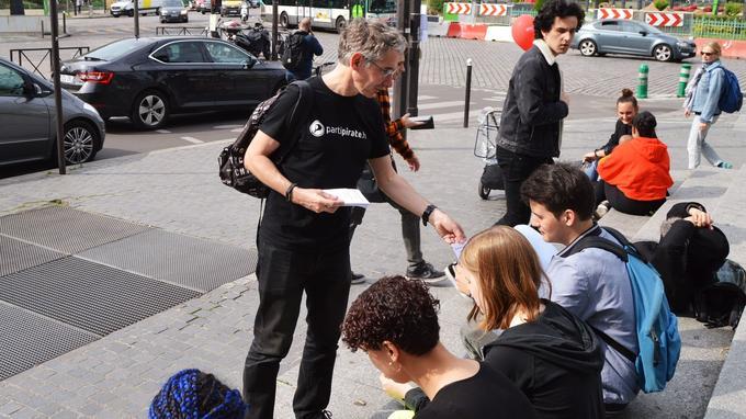 Pierre a plus de succès auprès des jeunes lors de ses distributions de tracts.