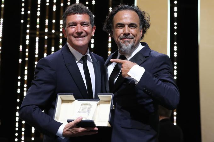 La joie d'Antonio Banderas sous l'œil espiègle du président du jury Alejandro Gonzalez Inarritu.