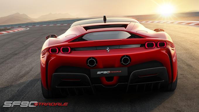 L'arrière est inédit avec les feux rectangulaires et l'énorme diffuseur.