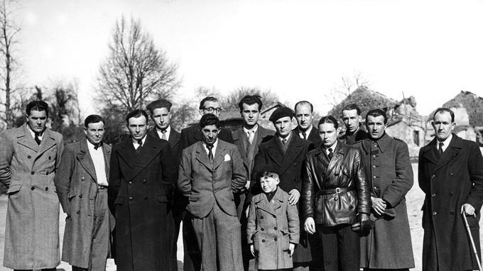 Les hommes rescapésdu massacre d'Oradour-sur-Glane, perpétré par les nazis le 10 juin 1944, dans le village du Limousin: au premier plan le jeune écolier Roger Godfrin.