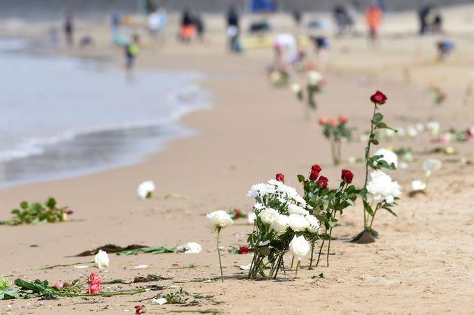 Des fleurs ont été jetées à la mer, en hommage aux marins décédés.