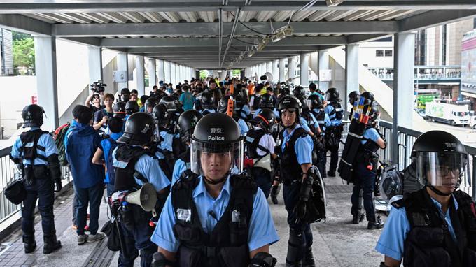 La police monte la garde sur l'une des nombreuses passerelles de Hongkong, près du siège du gouvernement, jeudi.