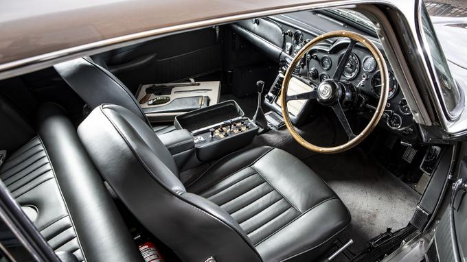 Alliance de luxe et de sport, la planche de bord est strictement conforme à la DB5 de série avec ses fameux compteurs Smiths.