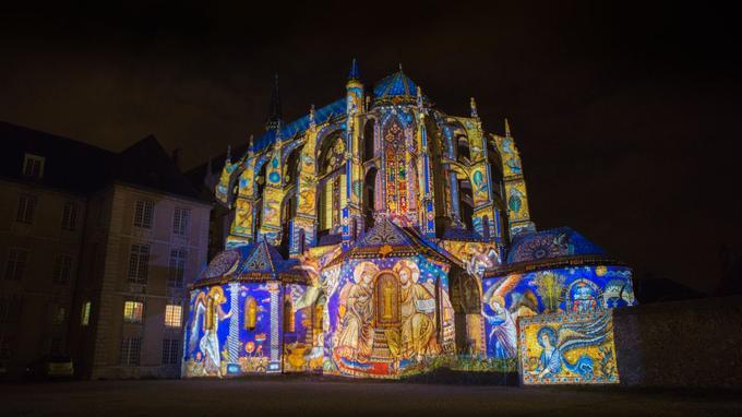 Le chevet gothique de l'église Saint-Pierre, illuminé d'enluminures. Les vitraux sont également éclairés depuis l'intérieur. Crédit photo: Ludovic Ringeval / çavaêtreBeau