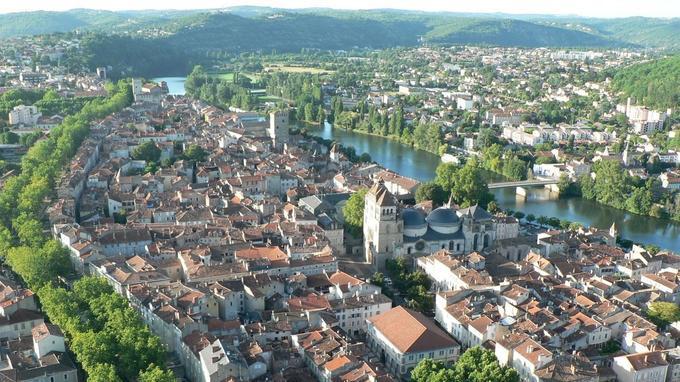 La Jolie ville de Cahors célèbre le 900e anniversaire de sa cathédrale, chef-d'œuvre du patrimoine.
