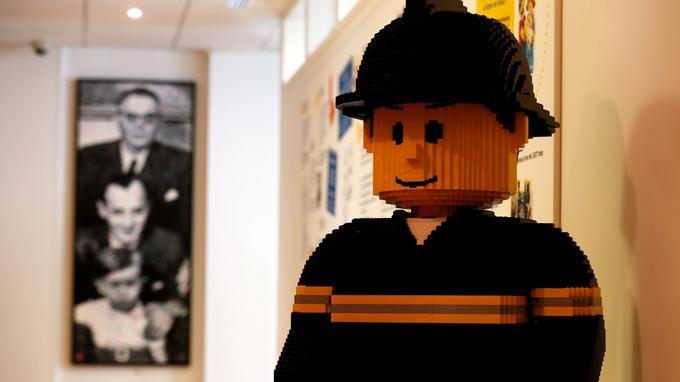 Les portraits des dirigeants de LEGO: le grand-père, le fils et le petit-fils (à gauche) et l'histoire de la marque (à droite)