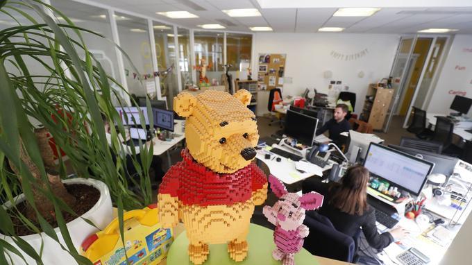 Une figurine Winnie l'ourson et Porcinet dans les locaux de LEGO.