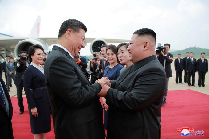 Il a fallu attendre plus de sept heures pour découvrir à la télévision chinoise les premières images de l'arrivée du président chinois à l'aéroport de Pyongyang
