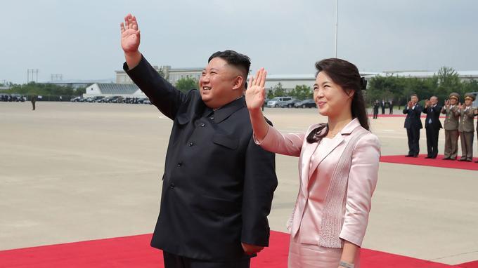 Kim Jong-un et sa femme au moment du départ de Xi Jinping. La relation entre la Chine et la Corée du Nord est «invincible», a affirmé le numéro un nord-coréen Kim Jong Un, selon des propos rapportés vendredi par l'agence officielle KCNA.