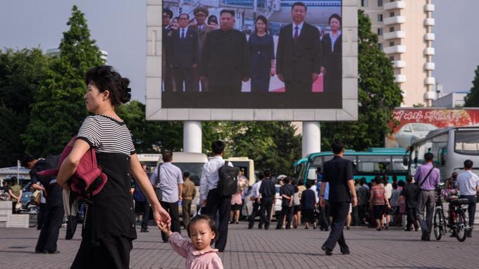 Dans cette série sur une place publique de Pyongyang, le photographe de l'AFP Ed Jones a capté ce moment où une enfant le regardait.