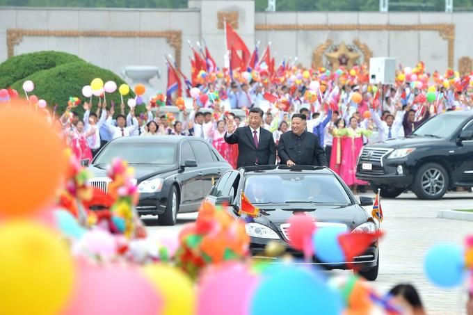 «Plusieurs centaines de milliers de personnes» ont accueilli Xi Jinping dans les rues de Pyongyang.