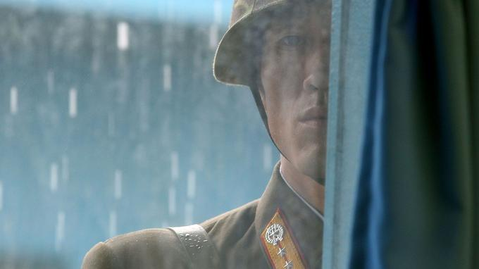Un soldat nord-coréen observe du coté sud de la frontière.