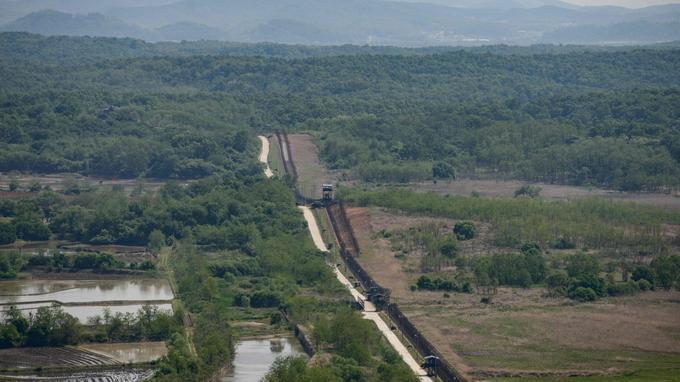 Vue générale de la clôture sud de la zone démilitarisée (DMZ) séparant la Corée du Nord et la Corée du Sud.