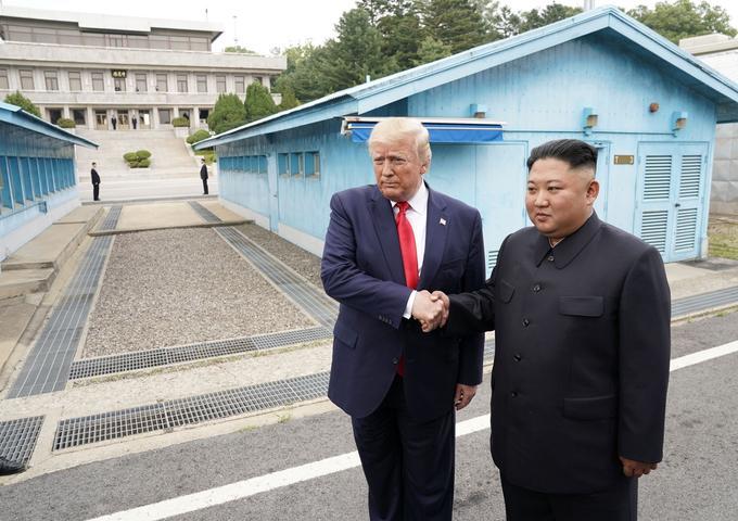 Le président américain Donald Trump et le leader nord-coréen Kim Jong-un se sont rencontrés dimanche 30 juin dans la Zone démilitarisée (DMZ) qui sépare les deux Corée.