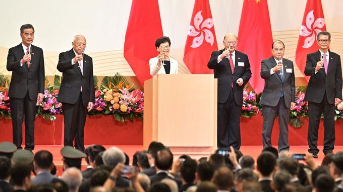 La cheffe du gouvernement Carrie Lam, après la traditionnelle cérémonie de lever de drapeaux.