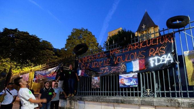 Des agriculteurs opposés à l'accord Mercosur manifestent, mardi, devant la préfecture de la Sarthe, au Mans.