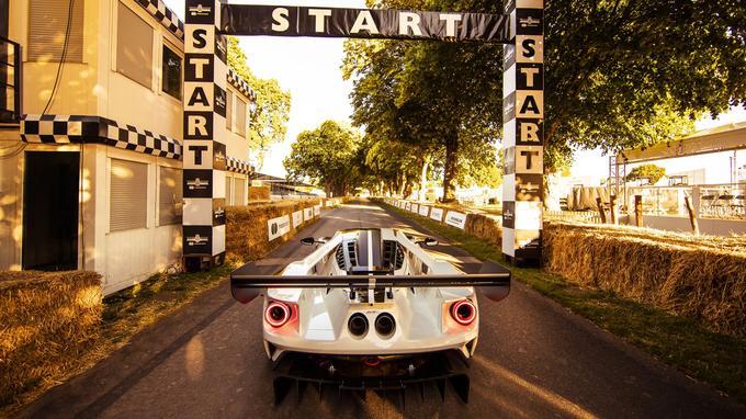 Le V6 de 3,5 litres passe de 647 ch à 700 ch, et la transmission à double embrayage est spécialement calibrée pour une utilisation sur piste.