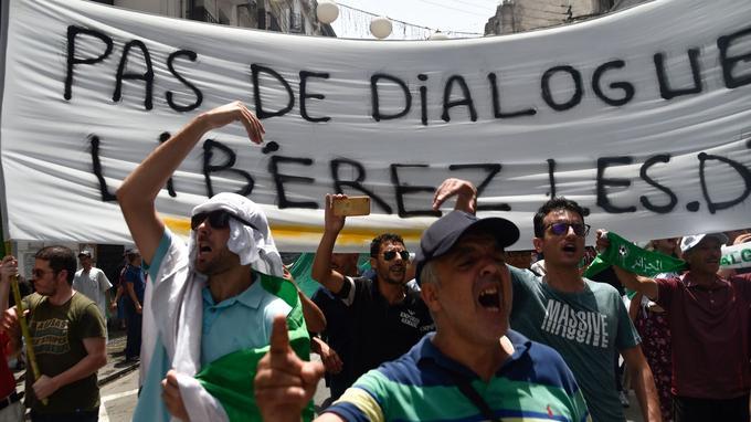 Les manifestants réclamment la libération des personnes arrêtées.  <br/>