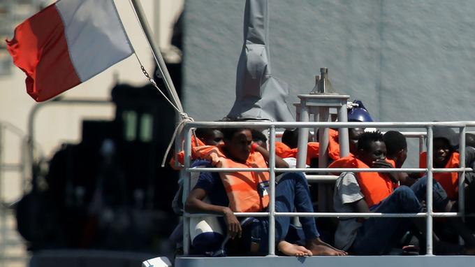 Des migrants secourrus par un navire maltais.
