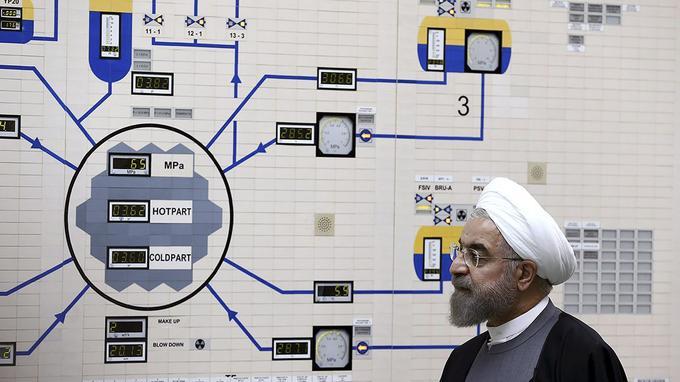 Le président iranien, Hassan Rohani, visite la centrale nucléaire de Bouchehr, en 2015.