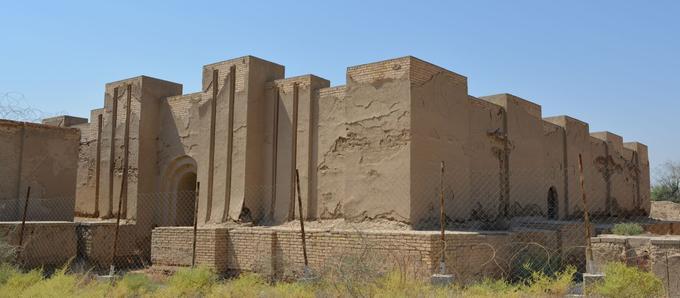 Le temple de Nabu-sha-hare, l'un des sanctuaires de Babylone, mesure 35 mètres de largeur et 33 mètres de longueur.
