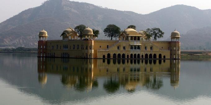 Le Jal Mahal, «palais sur l'eau» en français, est situé sur le lac Man Sagar, à Jaipur. Un seul étage est visible de l'extérieur, les quatre autres étant immergés. Il n'est pas accessible au public.