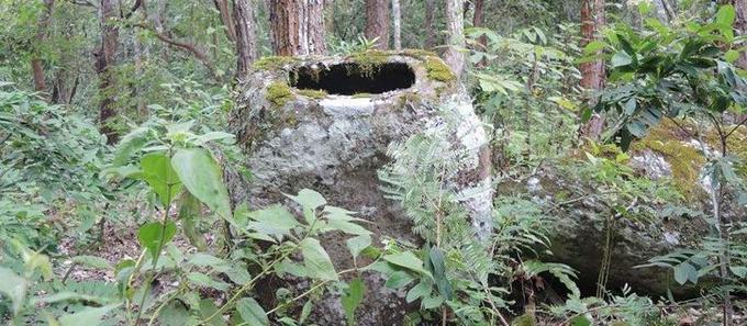 Taillées dans la pierre, les plus grandes jarres pèsent jusqu'à six tonnes.