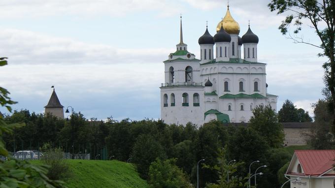 La cathédrale de la Trinité, surplombant Pskov, a été reconstruite à plusieurs reprises. L'actuelle date du XVIIe siècle.