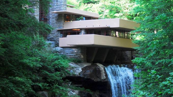 La Maison sur la cascade a été bâtie par Frank Lloyd Wright entre 1936 et 1939. L'Institut des architectes des États-Unis l'a élu «plus belle œuvre architecturale américaine de tous les temps».