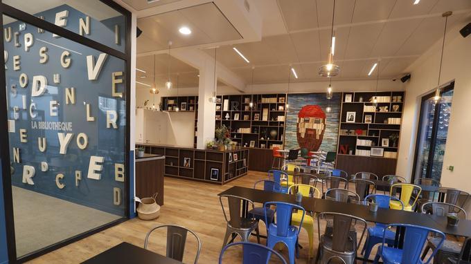 La «bibliothèque» de Comet Meetings où les collaborateurs peuvent se retrouver, échanger et manger.