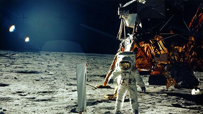 Buzz Aldrin devant le collecteur de vent solaire.