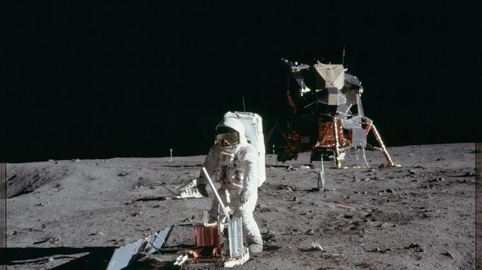 Buzz Aldrin, devant le module lunaire, déploie un arsenal scientifique sur la surface de la Lune, le 20 juillet 1969.