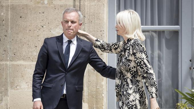 François de Rugy et son épouse, Séverine Servat, mercredi, sur le perron du ministère de la Transition écologique et solidaire, lors de la passation de pouvoir.