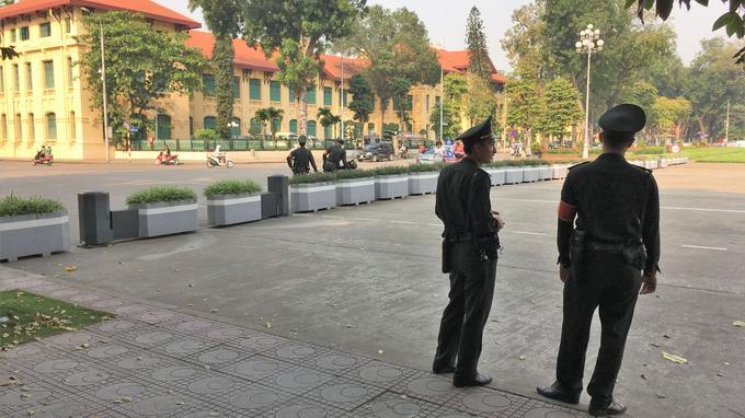 Des forces de sécurité en faction dans le quartier du palais présidentiel. L'ordre règne à Hanoï.