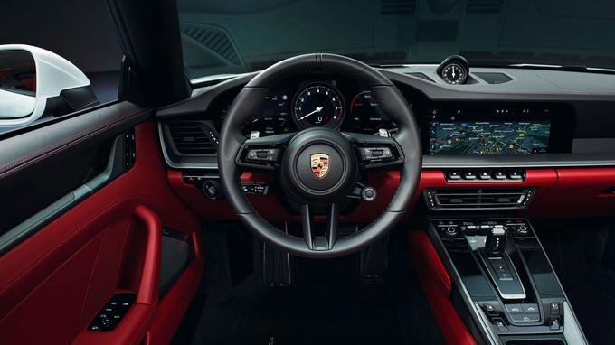 Comme la 911 Carrera S, la version Carrera intègre le nouvel écran tactile de 10,9 pouces.