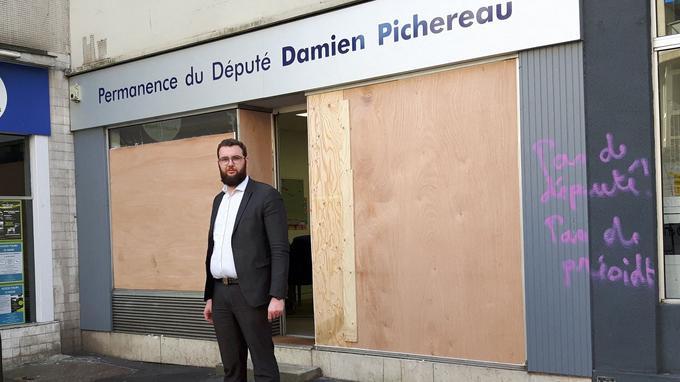 Le député LREM Damien Pichereau, au Mans en février dernier, devant sa permanence vandalisée après une manifestation de «gilets jaunes».
