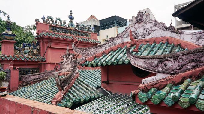 Les toits en tuile vernissée de la pagode de l'empereur de Jade à Saïgon.