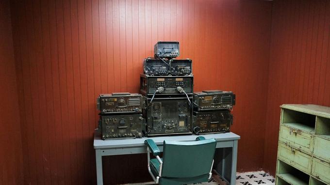 Au palais Norodom, en sous-sol, le PC de transmission d'une armée du sud dont on exhibe la défaite.
