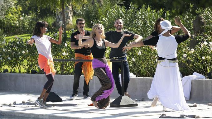Michèle Laroque s'est prêtée avec joie à un cours de danse improvisé avec ses amis, notamment Christophe Willem, arrivé par surprise quelques minutes auparavant.