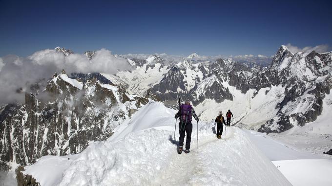 En été, les alpinistes doivent réserver une nuit en refuge pour accéder au sommet du Mont-Blanc par la «voie royale».