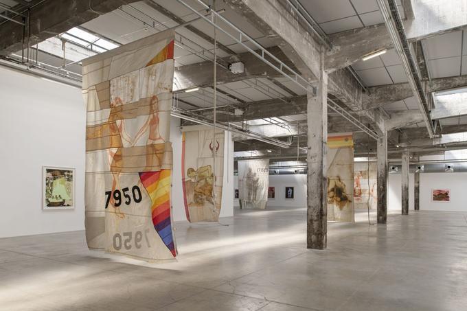 Claire Tabouret expose ses bannières, des voiles de bateaux, métaphore lui permettant de relier à travers les océans Los Angeles, où elle réside, et Nantes.