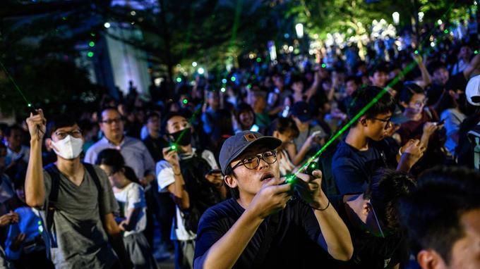 De manifestants utilisent des lasers pour aveugler les caméras.