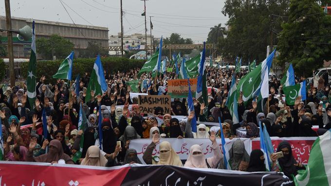 Une manifestation anti-indienne et islamiste à Karachi au Pakistan le 8 août.