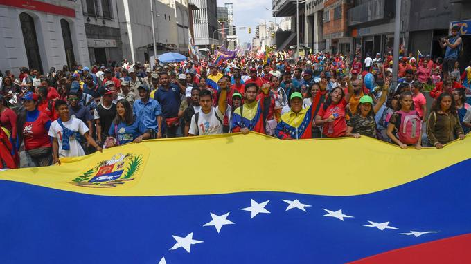 À Caracas le 7 août, des manifestants pro-Maduro défilent contre les sanctions américaines.