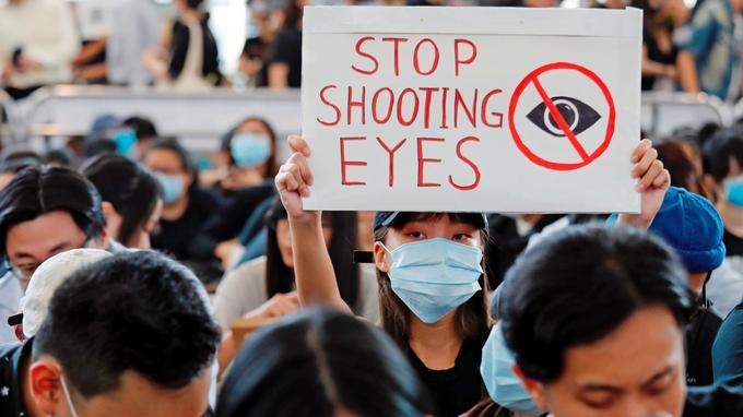 «Arrêtez de nous éborgner», affiche cette pancarte.