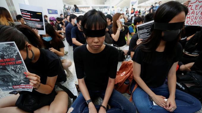 Les manifestants vêtus de noir ont effectué un sit-in ce lundi 12 août dans l'aéroport de Hongkong.