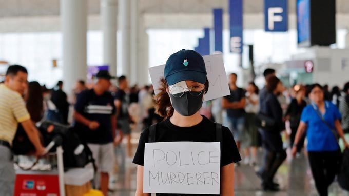 «Police assassine», peut-on lire sur la pancarte de cette manifestante.