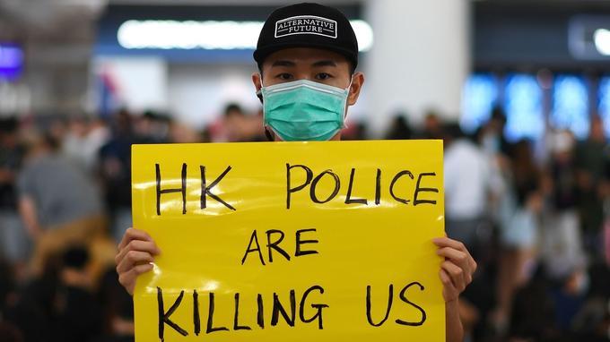 «La police de Hongkong nous tue», peut-on lire sur cette pancarte.